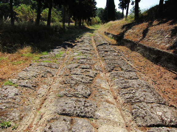 Fig. 3. Sector K on the Ionian side of the canal with its deep cut grooves.