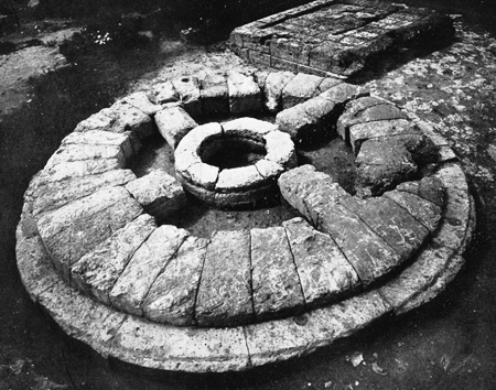 Fig. 14. Circular altar at the Sanctuary of the Chthonic Divinities (Marconi 1929b, fig. 14).