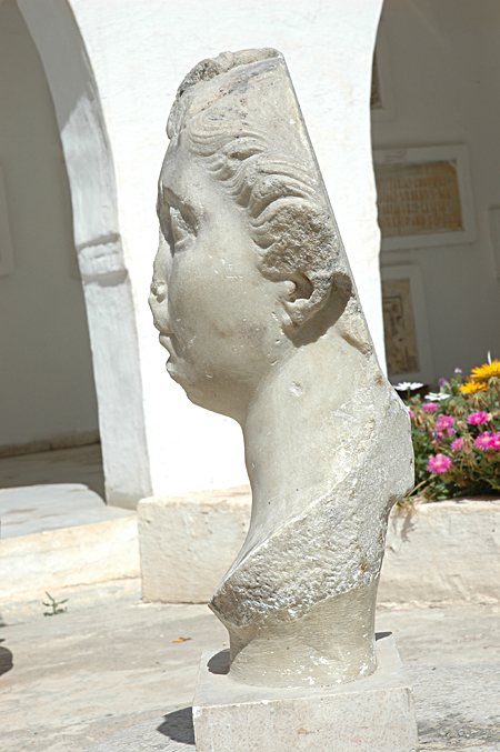 Fig. 3. Female portrait (Octavia?) found at El Jem, left side. Sousse, Musée Archéologique de Sousse, inv. no. M.XIX.Ro.281 (by permission of Institut National du Patrimoine).