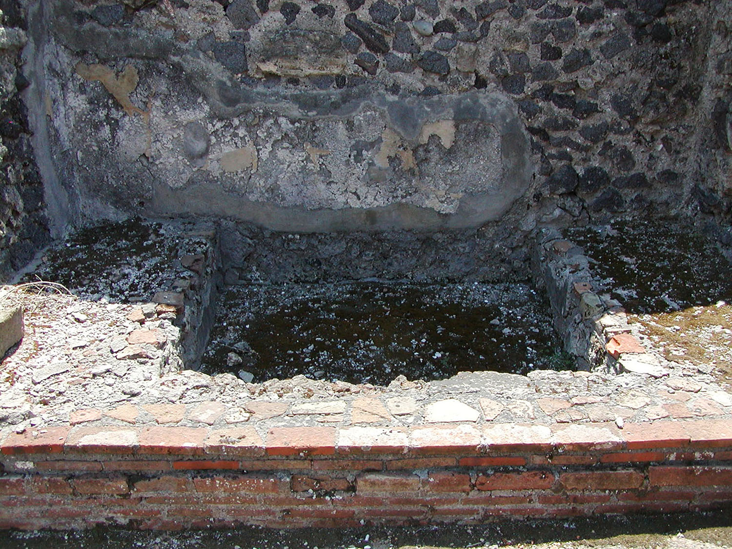 Fig. 5. Casa di Adone Ferito (VI.7.18), Pompeii, detail of masonry base and frontal brickwork.