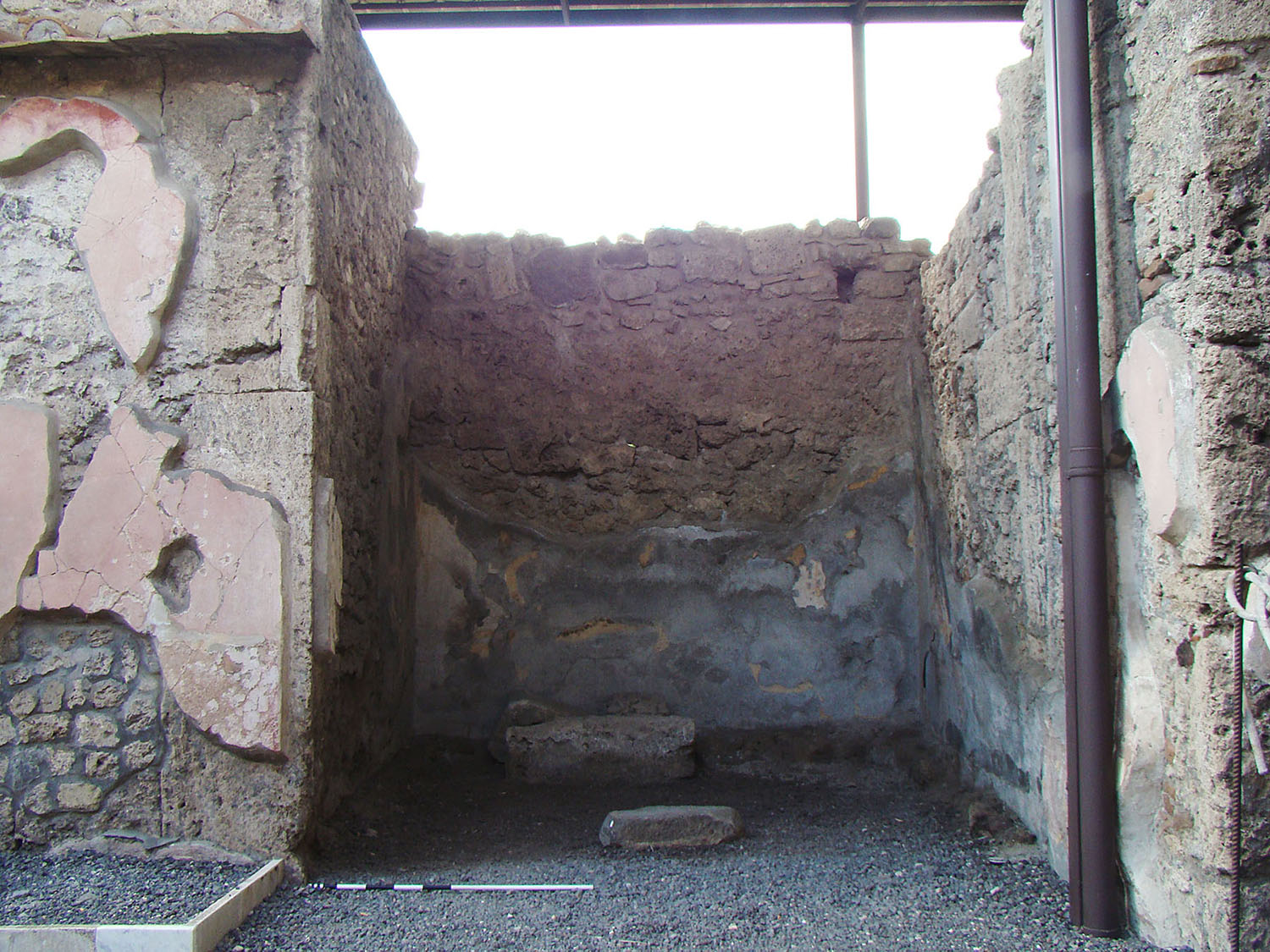 Fig. 6. Casa dei Dioscuri (VI.9.6), Pompeii, ala with masonry base.