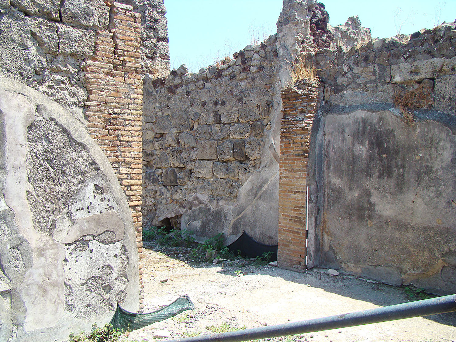 Fig. 10. Casa del Granduca Michele (VI.5.5), Pompeii, opening in east wall of ala with jamb reinforcements in opus latericium.