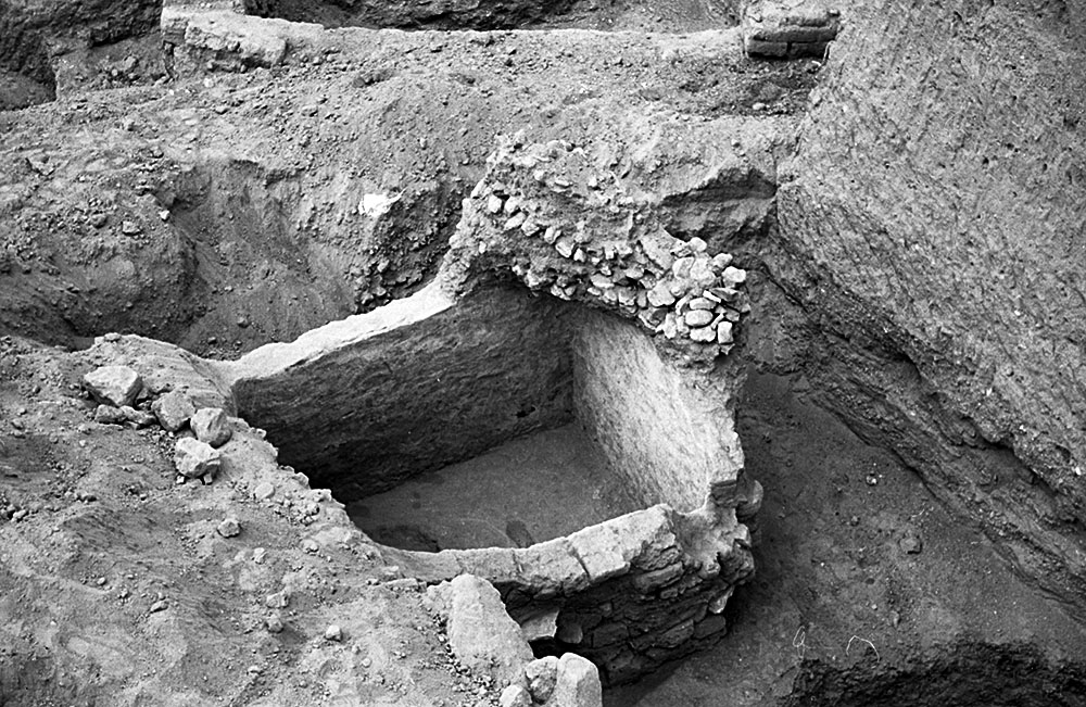 Fig. 5. The Mudbrick Vault with one of the radial guide walls of the tumulus left unexcavated above its southwest corner (courtesy Penn Museum, Gordion Project Archives, image no. GR 62-25).