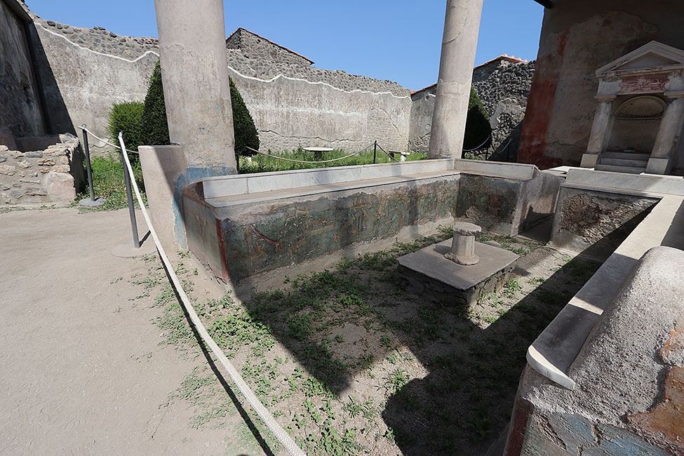 Fig. 3. The Casa dell'Efebo water triclinium, facing southeast, with view of the interior faces of the eastern and southern benches (D. Zarzycki).