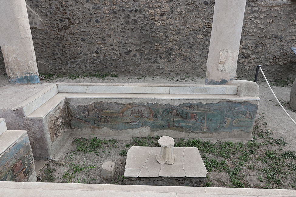 Fig. 12. View of the Casa dell'Efebo water triclinium, facing west, with view of the interior face of the western bench (D. Zarzycki).