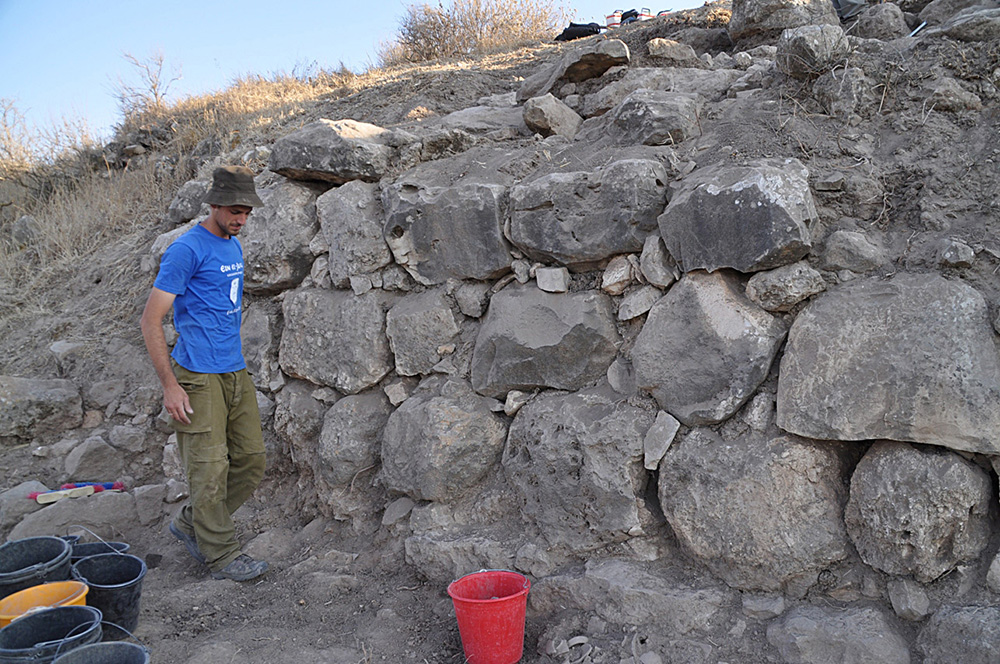Fig. 4. The thick stone wall BB2008 on the eastern slope, with a preserved length of 11 m. Most of this building had eroded away. Floors relating to it from inside the city point to an LBA date.