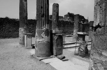 Mummius inscription pedestal in the Pompeii Sanctuary of Apollo.