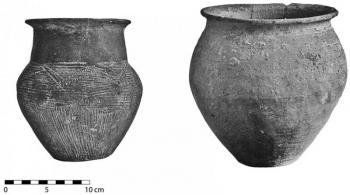 Examples of non–wheel-thrown (left) and wheel-thrown cooking pots (right). The latter is produced in Lime-Specked Communal Ware (courtesy Lattes Excavations; © UFRAL).