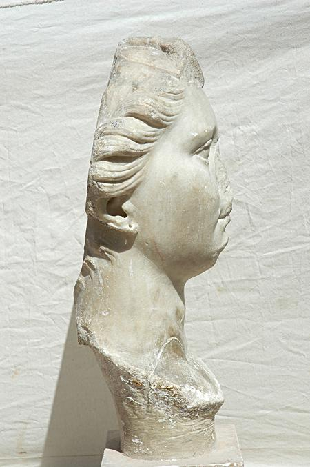 Fig. 2. Female portrait (Octavia?) found at El Jem, right side. Sousse, Musée Archéologique de Sousse, inv. no. M.XIX.Ro.281 (by permission of Institut National du Patrimoine).