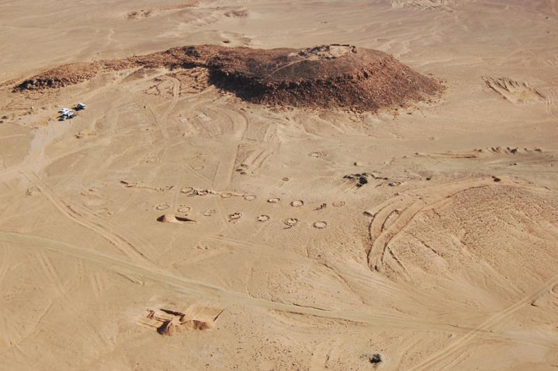 Fig. 80. Tell Shahm, aerial view of hilltop fort with Ottoman tent-ring camp in foreground (© J. Winterburn; The Great Arab Revolt Project).