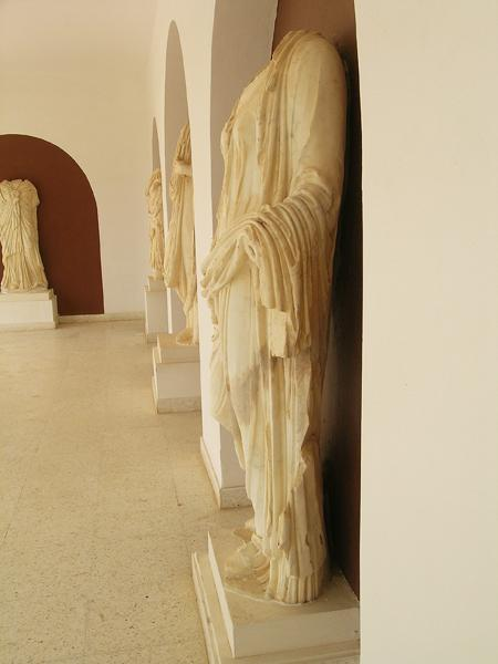 Fig. 1. Headless statue of woman in stola and mantle, left side. El Jem, Musée Archéologique d'El Jem, inv. 09.03.26.28 (by permission of Institut National du Patrimoine).